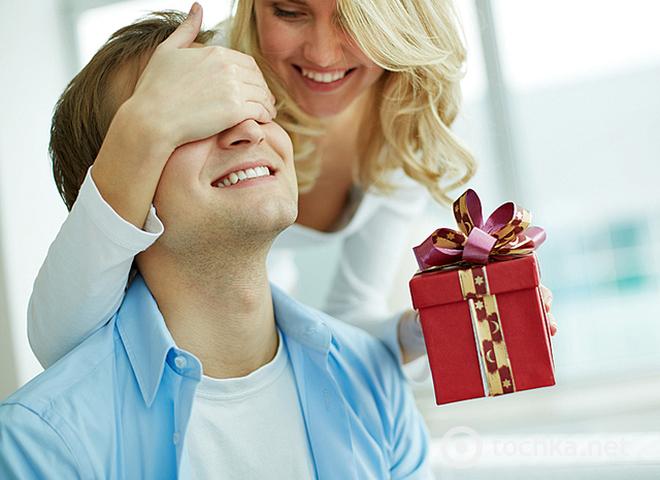 Фото девушка дарит подарок парню